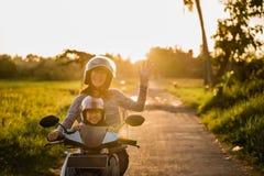 Moeder berijdende motorfiets met dochter royalty-vrije stock afbeeldingen