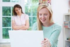 Moeder Betrokken over de Tiener Online Activiteit van Daughter's stock foto's