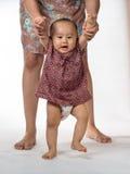 Moeder bijwonende baby om te lopen Stock Fotografie