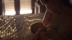 Moeder de borst gevende baby in slaapkamer stock video