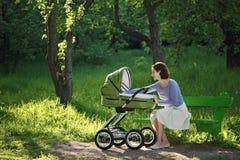 Moeder in de zomerpark Royalty-vrije Stock Afbeeldingen