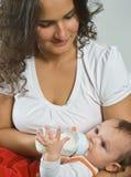 Moeder die baby met de fles grootbrengt Royalty-vrije Stock Fotografie