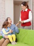 Moeder die baby met kindermeisje verlaten Stock Foto