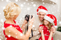 Moeder die beeld van vader en dochter nemen Stock Fotografie
