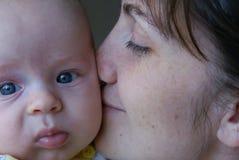 Moeder die de zoon kust royalty-vrije stock foto
