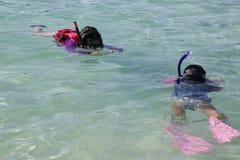 Moeder die dochter fotograferen terwijl het snorkelen Stock Foto's