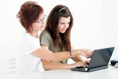 Moeder die dochter helpt Royalty-vrije Stock Afbeeldingen