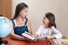 Moeder die dochter met thuiswerk helpen royalty-vrije stock afbeelding