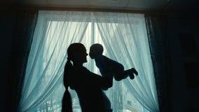 Moeder die een baby houdt stock footage