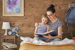 Moeder die een boek lezen Stock Afbeelding