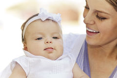 Moeder die een nieuw babymeisje houdt Stock Fotografie