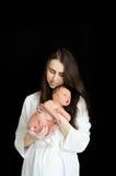 Moeder die een pasgeboren baby houden Stock Afbeelding