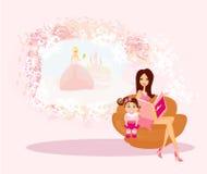 Moeder die een sprookje lezen aan haar dochter Stock Afbeeldingen
