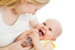 Moeder die haar aanbiddelijke babyjongen van fles voeden Stock Afbeeldingen