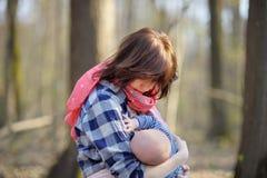 Moeder die haar baby de borst geeft Royalty-vrije Stock Foto's