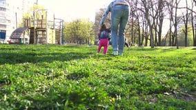 Moeder die haar baby eerste stappen onderwijzen stock footage