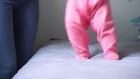 Moeder die haar baby eerste stappen thuis onderwijzen stock videobeelden