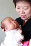 Moeder die haar baby houdt Royalty-vrije Stock Afbeelding