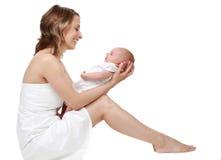 Moeder die haar baby houdt Stock Afbeelding