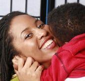 Moeder die haar baby koestert royalty-vrije stock foto's