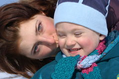 Moeder die haar baby kust Stock Foto's
