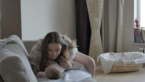 Moeder die haar baby kust Ik zou volledig gelukkig zijn als ik van u hoor waar dit beeld wordt gebruikt stock video