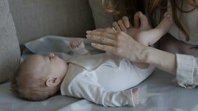 Moeder die haar baby kust Ik zou volledig gelukkig zijn als ik van u hoor waar dit beeld wordt gebruikt stock videobeelden