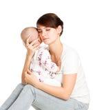 Moeder die haar baby proberen te troosten Stock Foto's