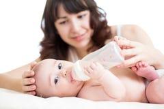 Moeder die haar baby voeden Royalty-vrije Stock Fotografie