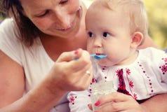 Moeder die haar baby voedt Royalty-vrije Stock Foto