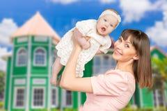 moeder die haar babydochter houden Royalty-vrije Stock Afbeeldingen
