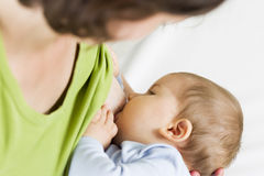 Moeder die haar babyjongen de borst geven. Royalty-vrije Stock Foto's