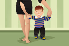 Moeder die haar babyjongen helpen die leren te lopen Royalty-vrije Stock Foto
