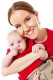 Moeder die haar babyjongen houdt Stock Foto's