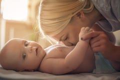 Moeder die haar babyjongen kussen royalty-vrije stock fotografie