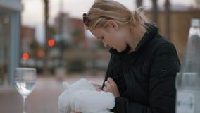Moeder die haar babymeisje buiten de borst geven stock video