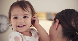 Moeder die haar babymeisje houdt stock footage