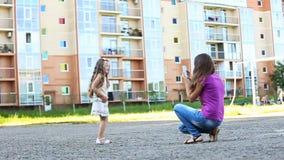 Moeder die haar dochter fotografeert stock videobeelden