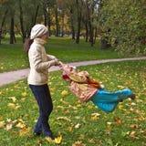 Moeder die haar dochter spint Royalty-vrije Stock Afbeelding