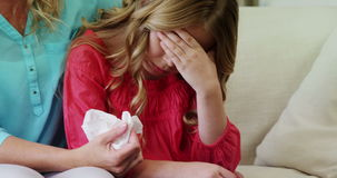 Moeder die haar dochter in woonkamer troosten stock videobeelden