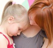Moeder die droevig kind koesteren Royalty-vrije Stock Foto