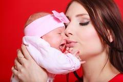 Moeder die haar houden weinig pasgeboren baby Royalty-vrije Stock Afbeelding