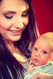 Moeder die haar houden weinig pasgeboren baby royalty-vrije stock fotografie
