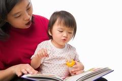 Moeder die haar kind onderwijst Stock Foto
