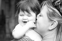 Moeder die haar kinderen houdt Royalty-vrije Stock Foto