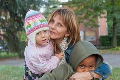 Moeder die haar kinderen omhelst Royalty-vrije Stock Fotografie