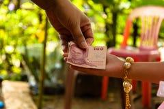 Moeder die haar kindgeld geven royalty-vrije stock afbeelding