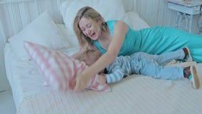 Moeder die haar leuke zoon kietelen stock videobeelden