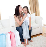 Moeder die haar meisje na het winkelen kust stock fotografie