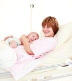 Moeder die haar pasgeboren baby houdt Royalty-vrije Stock Afbeelding